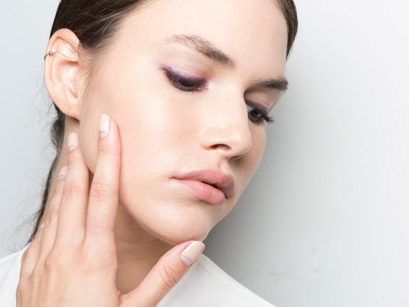 Las formas en las que el celular afecta tu piel y qué hacer al respecto