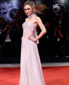 Festival de Cine de Venecia: Los 'beauty looks' de Kristen Stewart y Lily-Rose Depp por Chanel